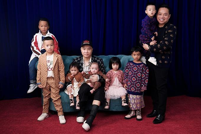 Đỗ Mạnh Cường và CEO Huy Cận bên 7 con nuôi.