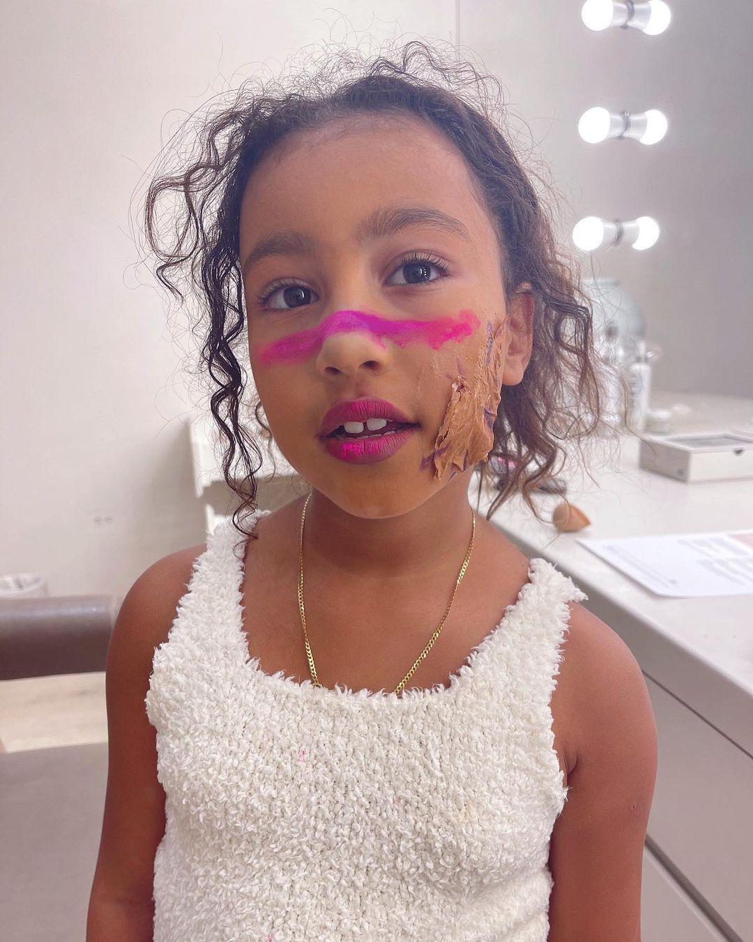 Kim Kardashian cho con gái tự do trang điểm, tô vẽ theo sở thích. Trong hình, gương mặt cô bé phủ đầy kem nền và dùng giấy cùng foundation để mô phỏng vết sẹo trên da.