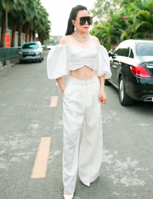 Nhờ chăm chỉ tập luyện mỗi ngày, Phượng Chanel đã sở hữu vòng em 63cm và tự tin diện những trang phục tôn vòng eo săn chắc.