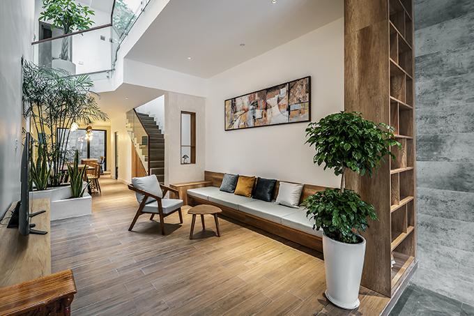 Nhóm KTS cũng đánh giá điểm yếu của ngôi nhà là nằm trong khu vực mật độ dân cư cao, cụ thể là trong hẻm, diện tích không gian để ở hạn chế.