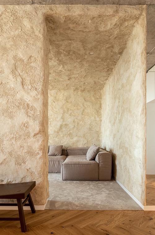 Khu vực sinh hoạt chung như một không gian nghệ thuật. Khối lập phương trang trí bằng thạch cao, mô phỏng bề mặt những túp lều bằng đất sét. Các bức tường cũng được phủ dung dịch đất sét đặc biệt, tạo ra cảm giác lạ lẫm như người xem đang ở giữa thiên nhiên hoang sơ.