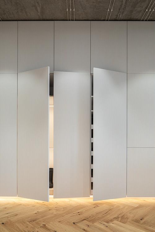 Các hệ tủ tối giản để lưu trữ đồ đạc giúp tiết kiệm diện tích.