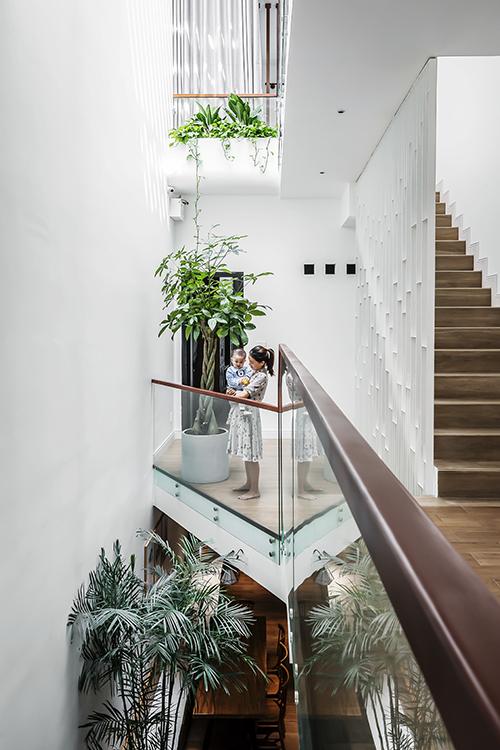 Việc chọn vách kính cho lan can giúp nhà trông rộng hơn thực tế.