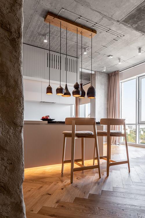 Bếp, phòng khách và ban công tuy mở nhưng vẫn có các ranh giới không vách ngăn nhờ kết cấu, vật liệu sử dụng khác nhau.