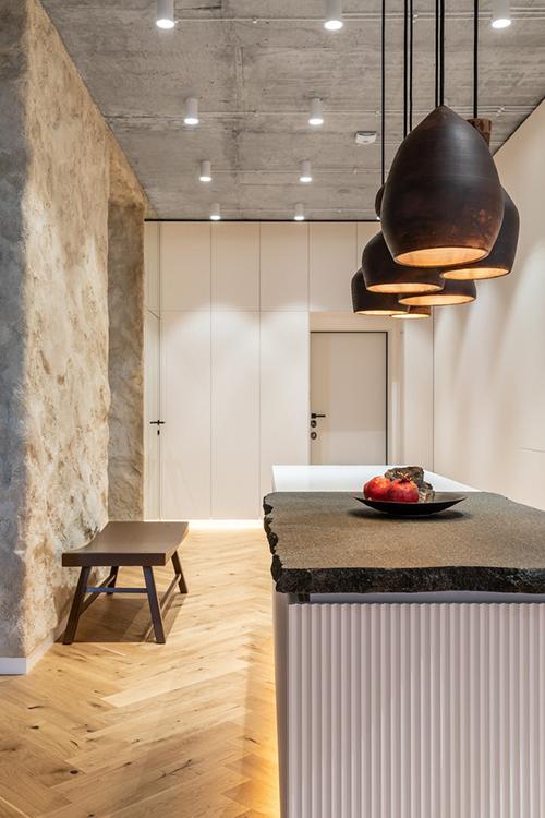 Nhóm thiết kế không gian mở nhưng phân khu theo chủ đề, hợp với thói quen sinh hoạt của gia chủ gồm nơi tập yoga, khiêu vũ và nấu ăn.
