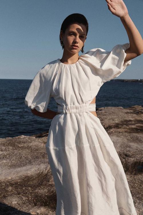 Khi đi nghỉ dưỡng ở biển, váy trắng trang nhã thiết kế trên các chất liệu vải thô vừa mang lại sự thoải mái vừa giúp phái đẹp hài hòa với khung cảnh.