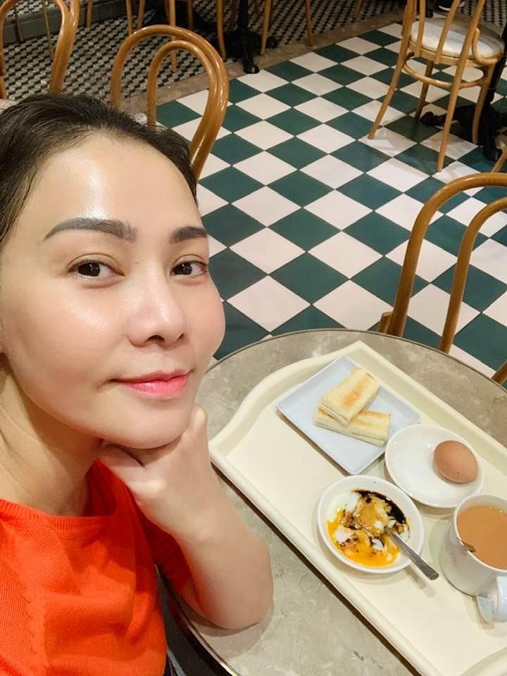 Diva vẫn thường xuyên tụ tập ăn uống cùng bạn bè hay tự thưởng cho bản thân những món ăn ngon thay vì kiêng khem, khắt khe quá mức với bản thân.