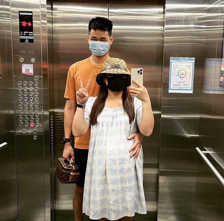 Bảo Thanh và chồng như số 10 khi chụp hình trong thang máy.