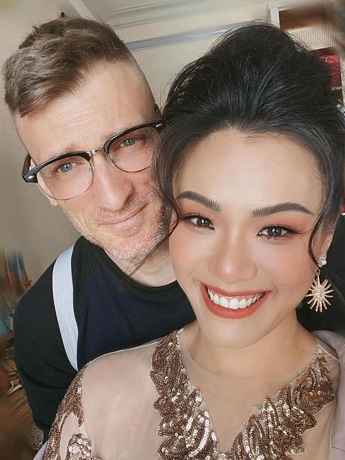 Đang trên đường đi show về, gặp anh đẹp trai xin chụp tấm hình kỉ niệm thôi, ca sĩ Phương Vy Idol hài hước chia sẻ về ảnh bên chồng Tây.