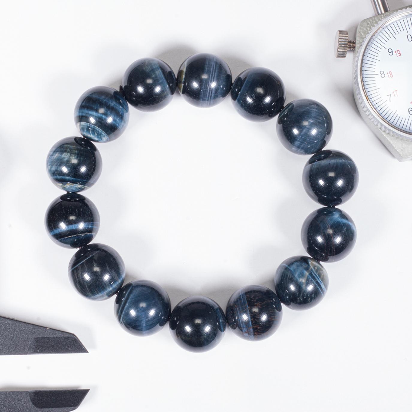 Vòng tay nam đá mắt ưng đường kính 14 mm mỗi viên Ngọc Quý Gemstones có giá giảm 39% còn 1,139 triệu đồng (giá gốc 1,86 triệu đồng). Đá mắt ưng là chủng loại đặc biệt của đá mắt hổ, có màu xanh đen xen lẫn xám và xanh đậm.