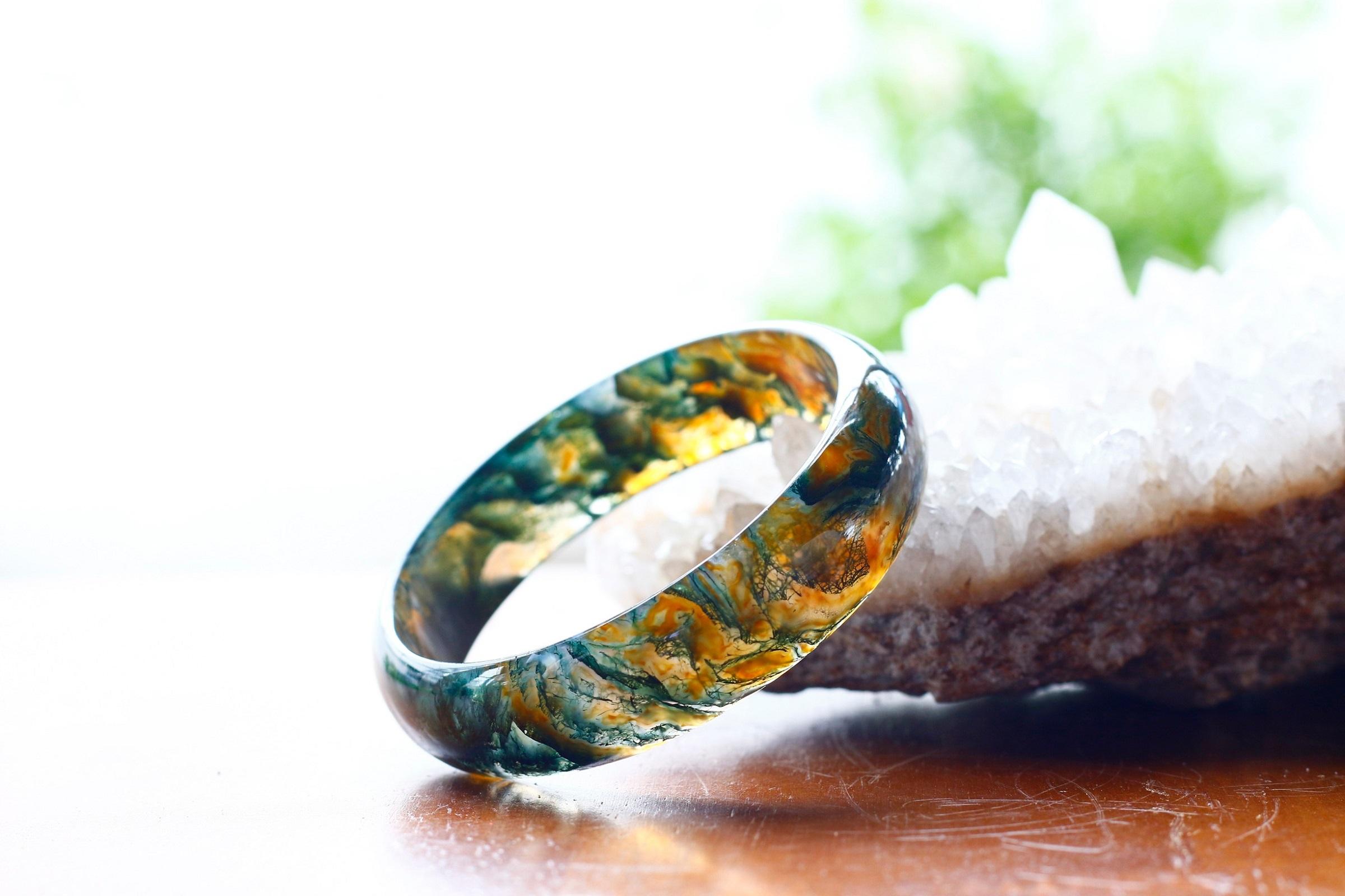 Băng ngọc thủy tảo là một loại đá thiên nhiên có tên khoa học là Moss Agate, thuộc nhóm Chalcedony, sở hữu độ trong suốt và màu sắc đặc trưng, bắt mắt hơn với đá mã não thông thường. Vòng tay đá băng ngọc thủy tảo Ngọc Quý Gemstones có đường kính 57 mm. Dạng vòng tròn, trơn, bảng to hợp với người có cổ tay tầm trung hoặc người trung niên, có thể chọn làm quà biếu bà, mẹ hoặc chị gái. Sản phẩm hiện có giá giảm sâu còn 1,399 triệu đồng (giá gốc đến 3 triệu đồng).