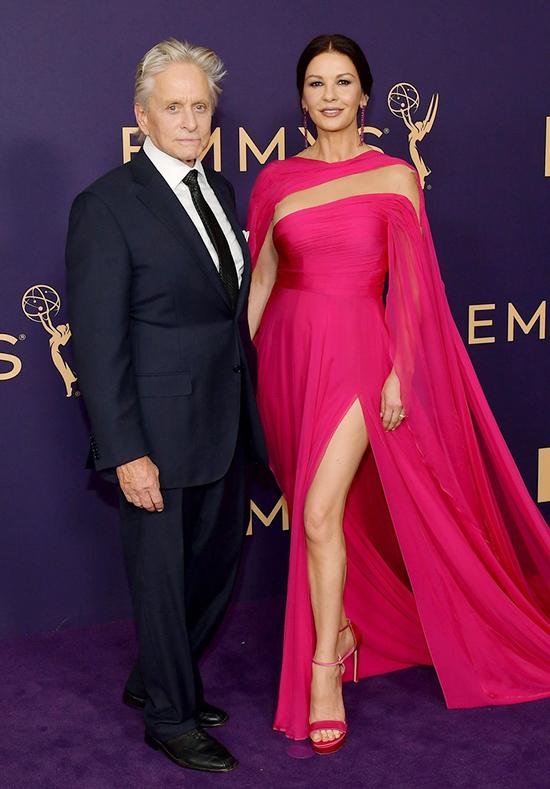 Catherine Zeta-Jones và ông xã Michael Douglas tại Lễ trao giải Emmy 2019.