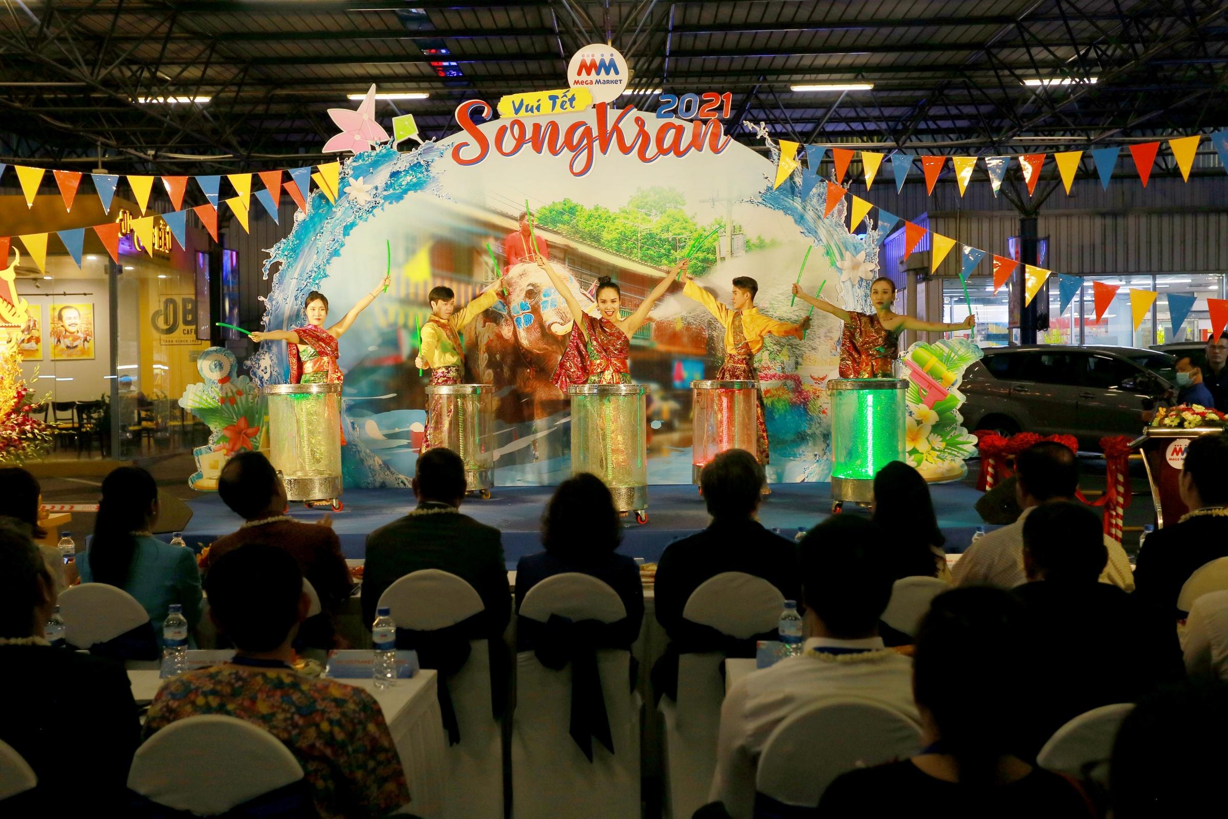 Không khí lễ hội Songkran được tái hiện ngay tại MM Mega Market Việt Nam.
