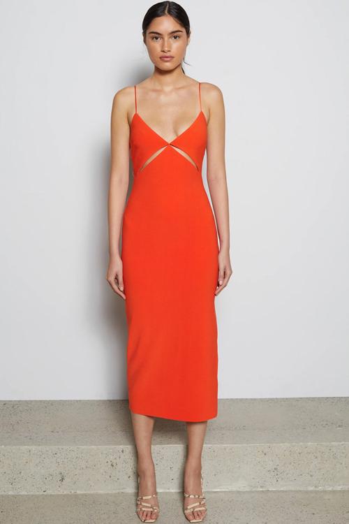 Ngoài chất liệu thun cotton ôm sát hình thể, váy khoe khoảng hở ở mùa hè còn được thiết kế trên các chất liệu lụa nhân tạo mang tính ứng dụng cao.