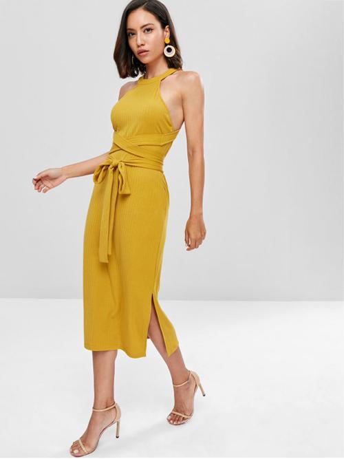 Đầm cổ yếm, váy khoe lưng trần vẫn là trang phục dễ sử dụng nhất. Các mẫu váy này còn được trang trí thêm phần dây đai vải để tăng nét điệu đà cho phái đẹp.