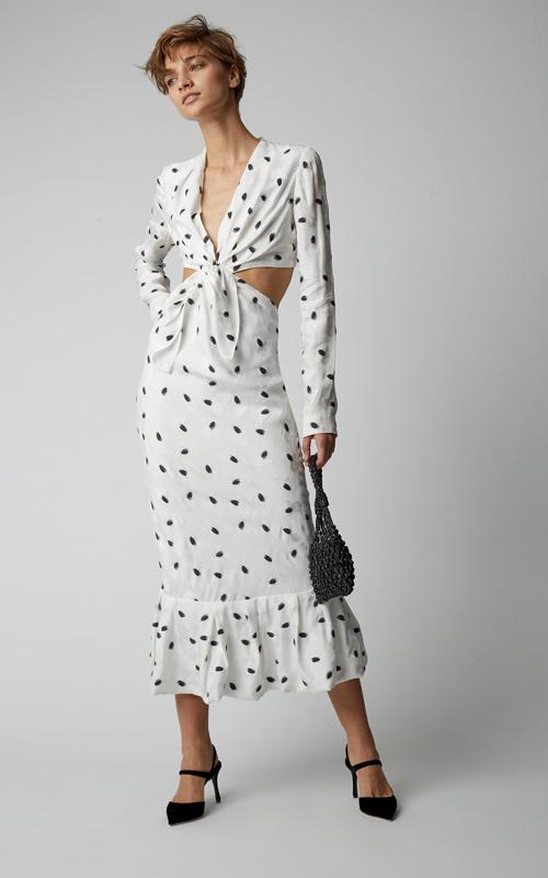 Đầm đi tiệc mùa hè với kiểu thắt nút độc đáo. Cùng với phần cổ V sexy, cách bố trí khoảng hở hai bên mạn sườn sẽ giúp phái đẹp trở nên cuốn hút hơn.