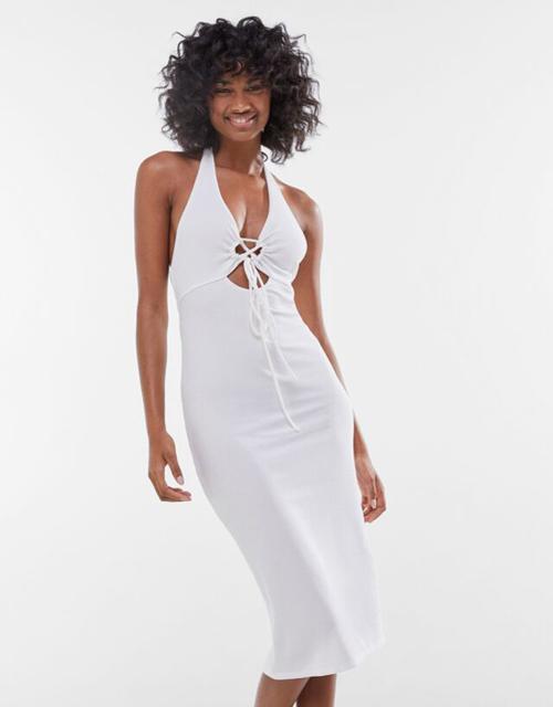 Đầm đơn sắc với nhiều tông màu, chất liệu vải thun co giãn được bố trí nhiều được cắt, khoét bắt mắt để khai thác vẻ sexy cho người mặc.