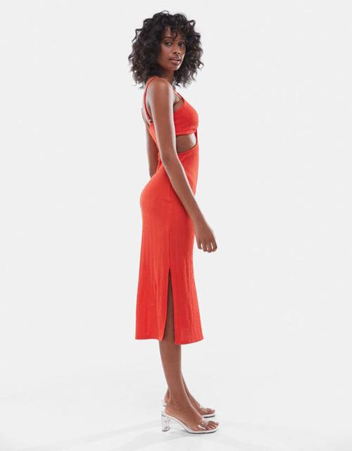 Trên dáng váy ôm cơ bản, các thương hiệu giới thiệu nhiều kiểu đầm cut-out phần hông, eo với khoảng hở chừng mực.