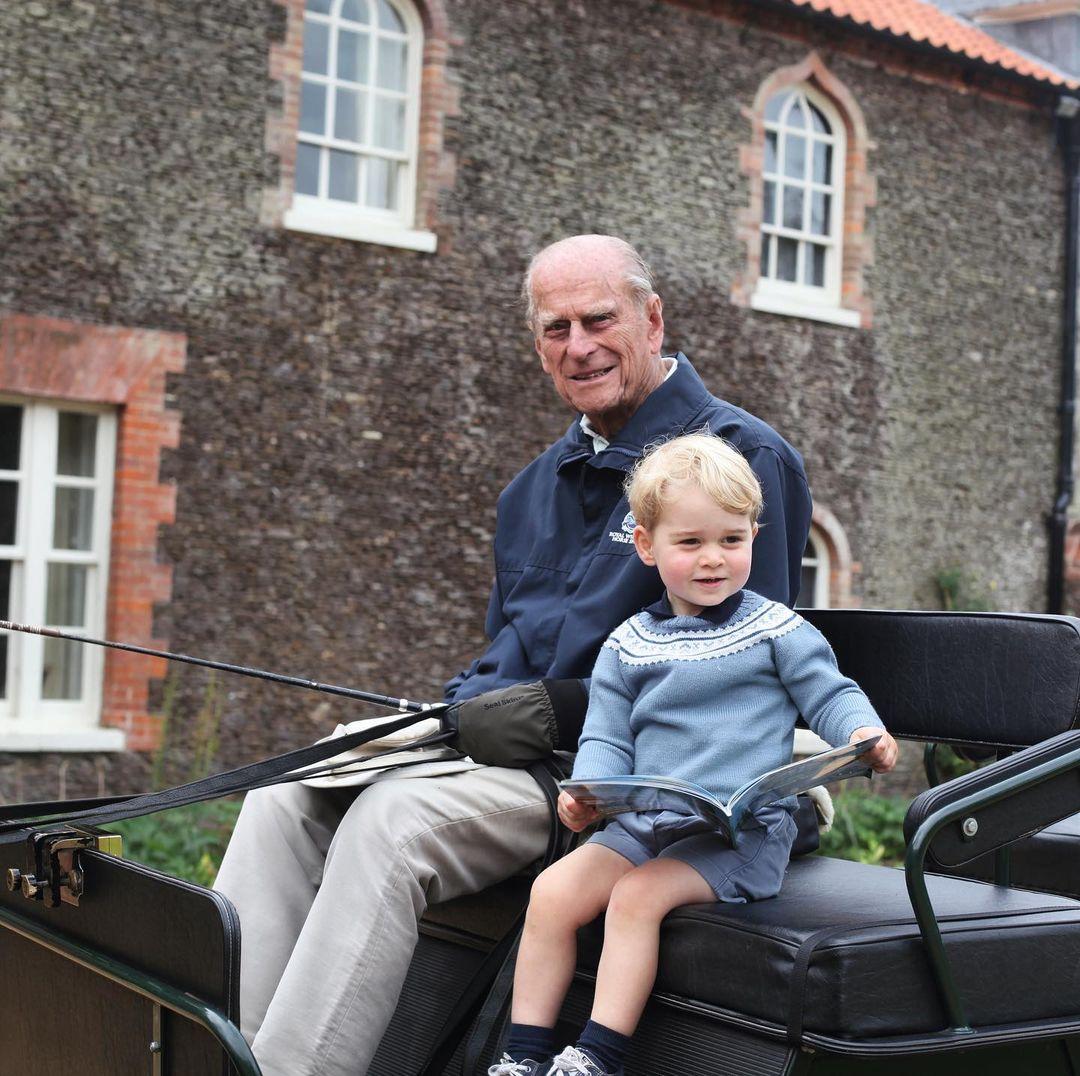 Công nương Kate Middleton chụp Hoàng thân Philip lái xe ngựa cùng chắt - Hoàng tử George.