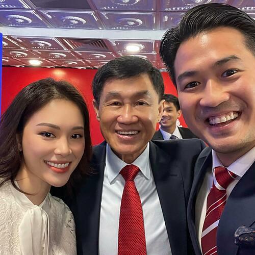 Linh Rin đã đăng ảnh selfie chụp cùng bạn trai Phillip Nguyễn và bố chồng tương lai - tỷ phú Johnathan Hạnh Nguyễn. Hình ảnh lấp ló phía sau là Hiếu Nguyễn - con trai út của gia tộc giàu có cũng nhận được nhiều chú ý.