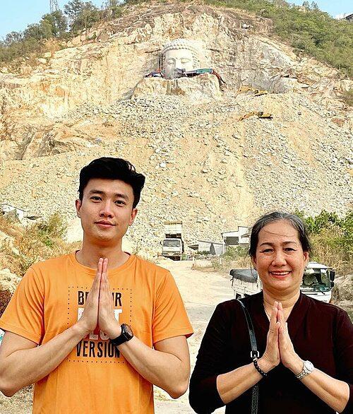 Quốc Trường và mẹ đi Châu Đốc viếng thăm công trình tượng Phật Thích Ca cao 81m (ứng với tuổi thọ của ngài). Mới gần hoàn thành khuôn mặt ngài, nghệ nhân thật giỏi, điêu khắc khuôn mặt ngài thật đẹp, nam diễn viên nhận xét.