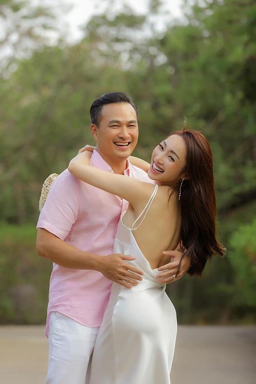 Trong bức ảnh được Lý Thùy Chang vừa chia sẻ, Chi Bảo và vợ được nhận xét có nụ cười tỏa nắng giống nhau.