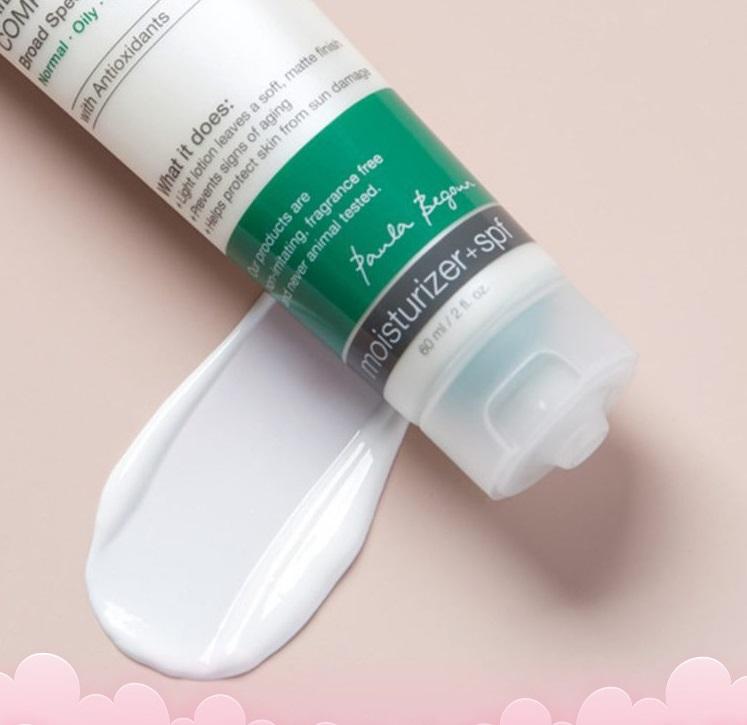 Kem chống nắng dưỡng ẩm Paulas Choice Hydratlight Shine FreeDaily Mineral Conplex SPF 30 60 ml có giá 688.000 đồng, giảm 19% so với giá gốc. Kem chống nắng phổ rộng dưỡng ẩm hợp dùng cho da dầu nhạy cảm, chỉ số chống nắng cao, giúp bảo vệ da trước các tác động của tia UV và ô nhiễm môi trường. Kết cấu kem lỏng, mỏng nhẹ, thẩm thấu nhanh không gây bết dính, giàu chất làm dịu da giúp kích thích sản sinh collagen, hỗ trợ se khít lỗ chân lông.