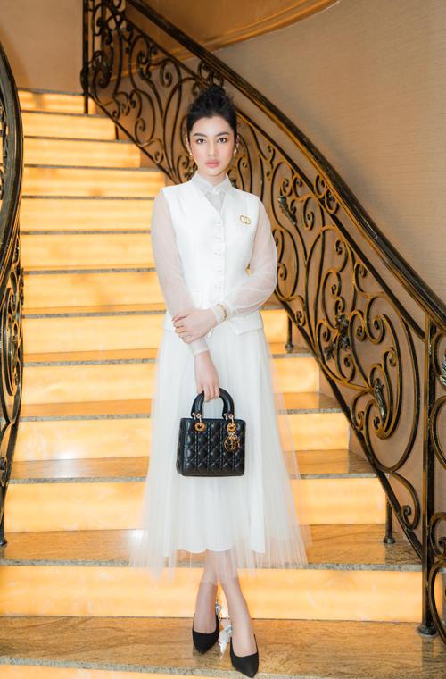 Bên cạnh các mẫu váy dạ hội đến từ các nhà thiết kế trong nước như Đỗ Long, Lê Ngọc Lâm, Nguyễn Minh Tuấn... Cẩm Đan cũng chọn dòng trang phục hiện đại và thanh lịch để sử dụng.