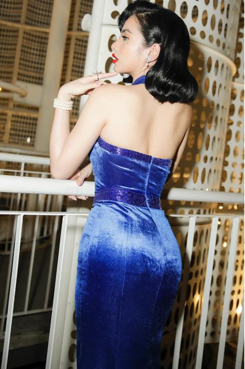Váy nhung xanh vừa giúp người mặc nổi bật vừa tôn vóc dáng hoàn hảo của nữ hoàng thảm đỏ mới của showbiz Việt.