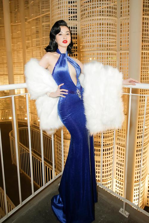 Tại gala Ngôi sao của năm 2020, Cẩm Đan nổi bật bên dàn sao nhờ phong cách quyến rũ gợi nhớ phong cách của minh tinh Marilyn Monroe.