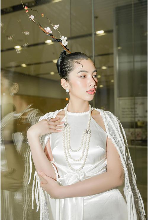 Diện váy cỏ yếm đậm chất Á đông, Cẩm Đan còn được chăm chút cho phần làm tóc, trang điểm và phụ kiện để mang tới sự hoàn hảo cho tổng thể.