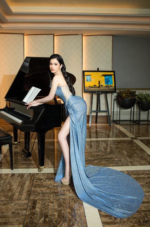 Đàm ánh kim với thiết kế corset và xẻ chân váy cao giúp tình trẻ của doanh nhân Quang Huy khai thác tối đa vẻ đẹp hình thể.