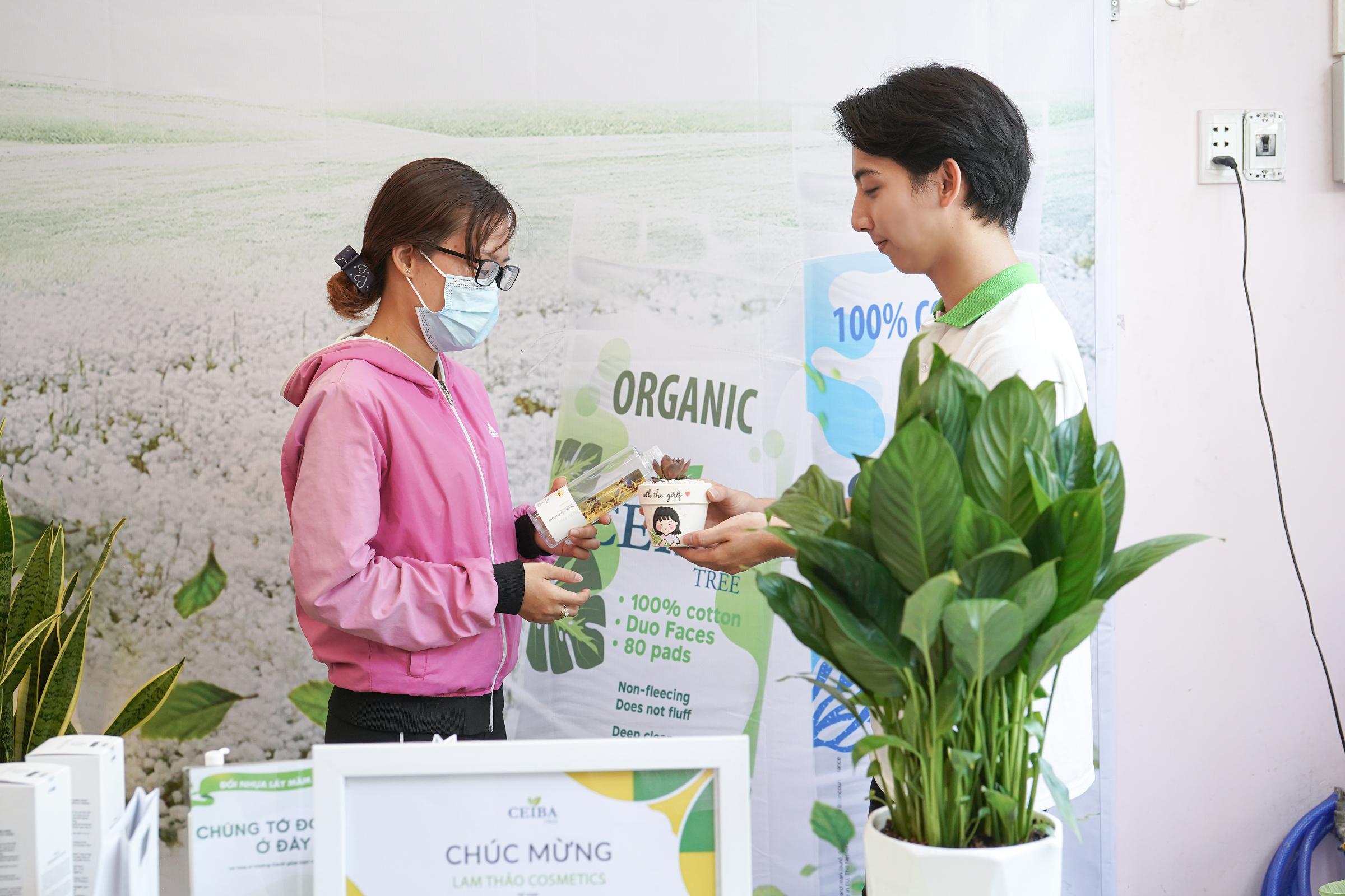 Hơn 200 cây xanh được trao tới các bạn trẻ.