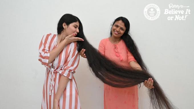 Nilanshi Patel và mẹ trước khi xuống tóc. Ảnh: UPI.