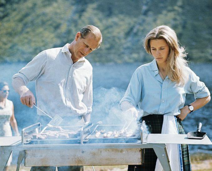 Hoàng thân Philip và công chúa Anne trong một lần mở tiệc BBQ ngoài trời