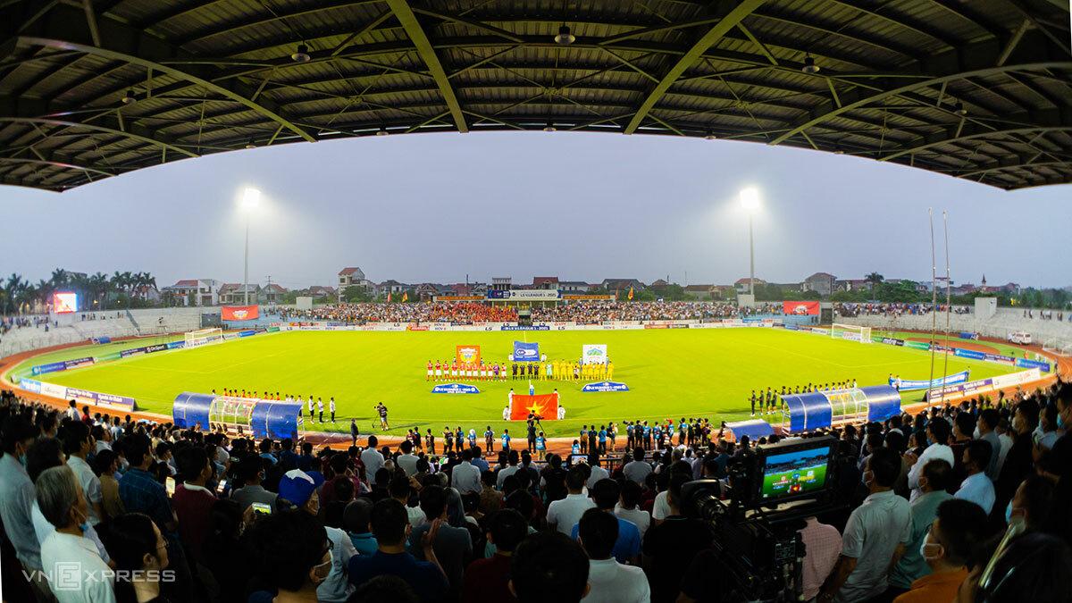 Sân Hà Tĩnh trong một trận đấu tại V-League 2021. Ảnh:Đức Hùng