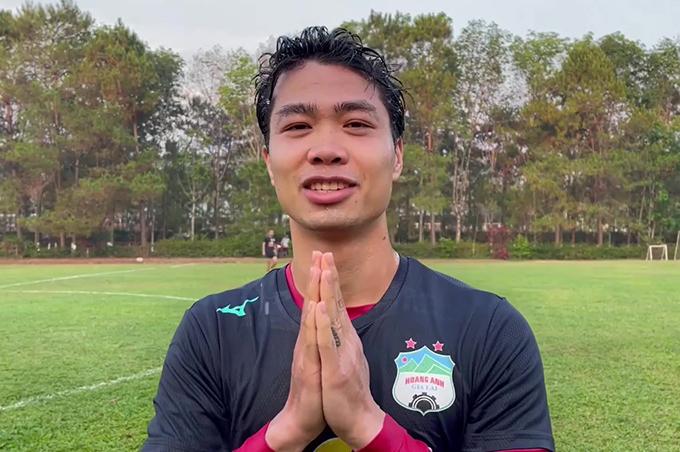 Công Phượng chắp tay chúc mừng ngày Tết Songkran bằng tiếng Thái Lan. Ảnh: HAGL.
