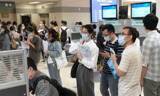 Thị trường lao động cạnh tranh gay gắt ở Trung Quốc khi có tới hơn 9 triệu sinh viên tốt nghiệp năm 2021. Ảnh: Supchina.