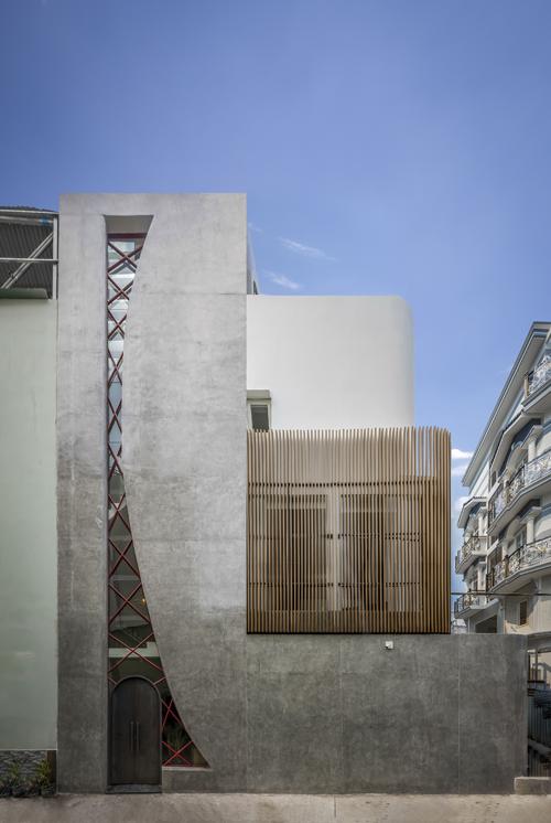 Tên công trình là Alone House, tọa lạc tại Bình Chánh, TP HCM, được thiết kế bởi Story Architecture vào năm 2021, hoàn thiện với hơn 2 tỷ đồng, đã bao gồm nội thất.