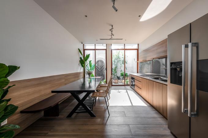 Bước vào bên trong nhà là bếp ăn, nơi sinh hoạt chủ yếu của nam gia chủ.