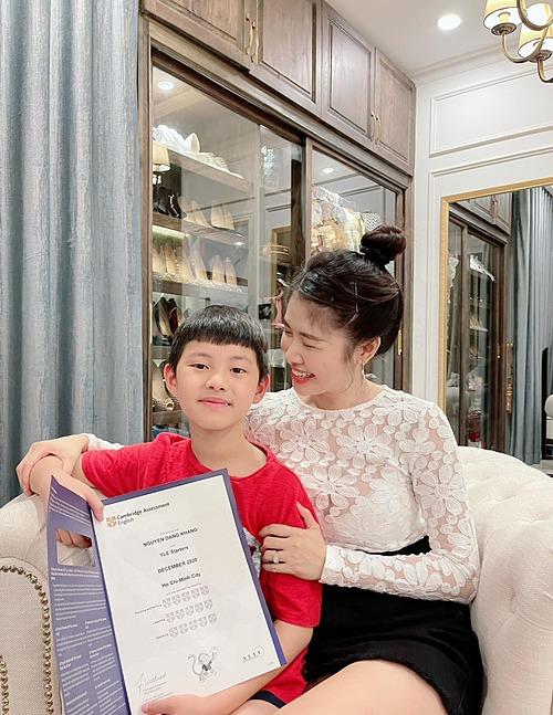Niềm vui của hai mẹ con khi bé Ken đạt điểm tuyệt đối trong kỳ thi chứng chỉ quốc tế đầu tiên.