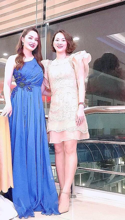 Ca sĩ Nguyễn Ngọc Anh (trái) vui vì mặc vừa váy cũ.