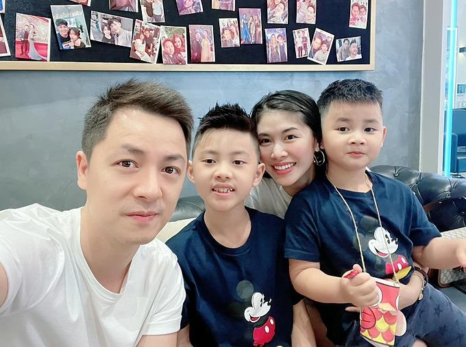 Đăng Khôi - Thủy Anh bên hai con trai là bé Ken và bé Đăng Anh.