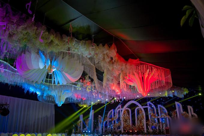 Nhà rạp thay đổi màu sắc dựa theo hệ thống ánh sáng. Em gái của chú rể cũng vừa tiết lộ trên mạng xã hội về việc tối nay đám cưới sẽ có nhiều tiết mục văn nghệ đặc sắc dành tặng cho khách mời.
