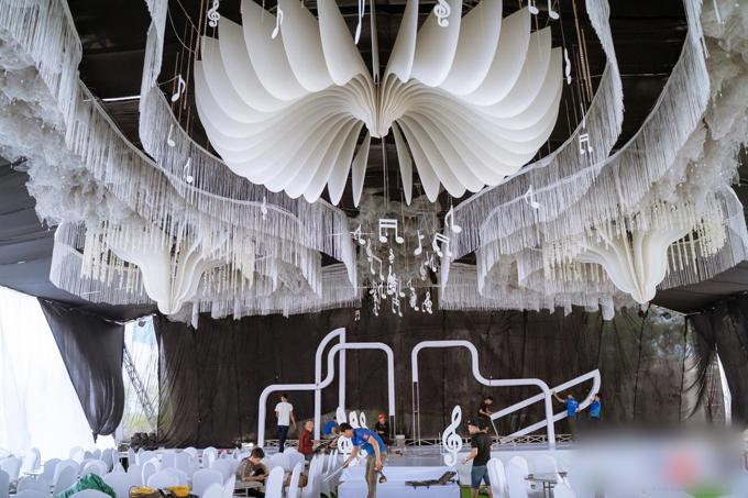 Không gian nhà rạp khủng được dựng trên quảng trường có diện tích 700 - 800 m2.