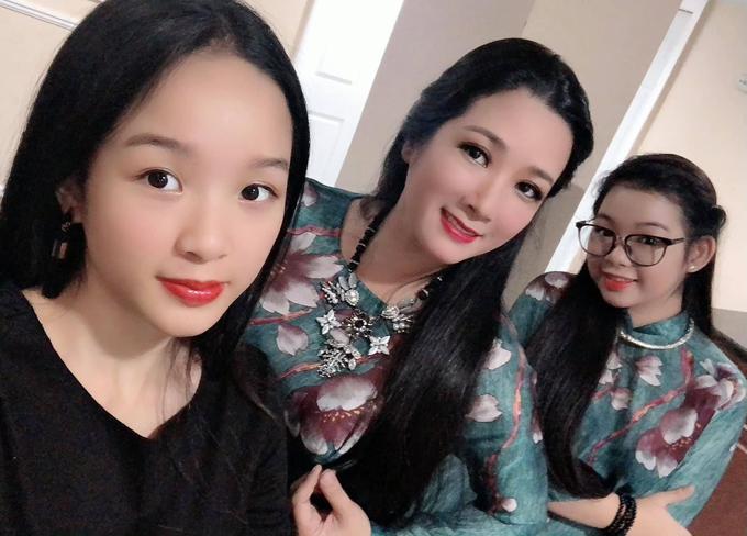 Thanh Thanh Hiền bên hai con gái Tú Linh (bìa trái), Thái Phương (bìa phải). Nữ nghệ sĩ nổi tiếng qua các tiểu phẩm kết hợp cùng nghệ sĩ Xuân Hinh và có khả năng hát nhiều dòng nhạc.
