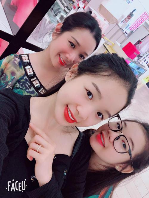 Do dịch Covid-19 nên ba mẹ con Thanh Thanh Hiền chưa được đoàn tụ. Hiểu được khó khăn của mẹ nên Tú Linh càng thương mẹ hơn.
