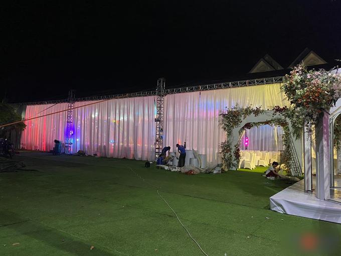 Trước giờ G, rạp cưới của cặp uyên ương ở quảng trường cạnh nhà thờ đã được hoàn thiện 100%. Theo tiết lộ từ ekip thực hiện, nhà rạp được lên ý tưởng trong vòng 3-4 tuần và dựng xong trong vòng 1 tuần lễ.
