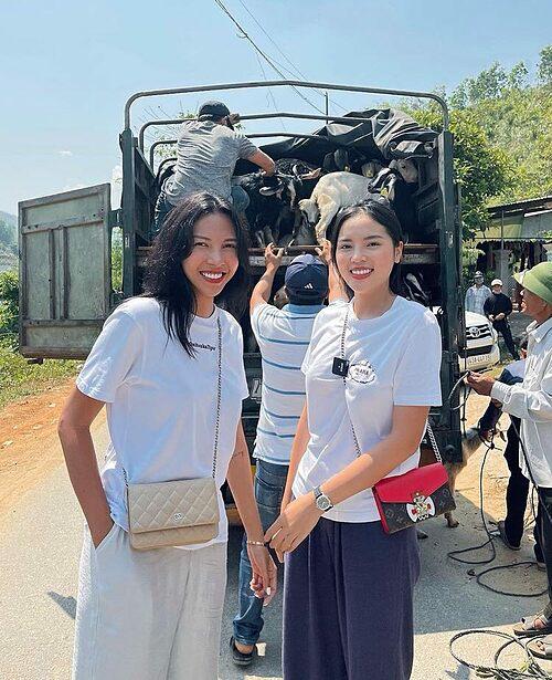 Kỳ Duyên và Minh Triệu trong chuyến từ thiện.