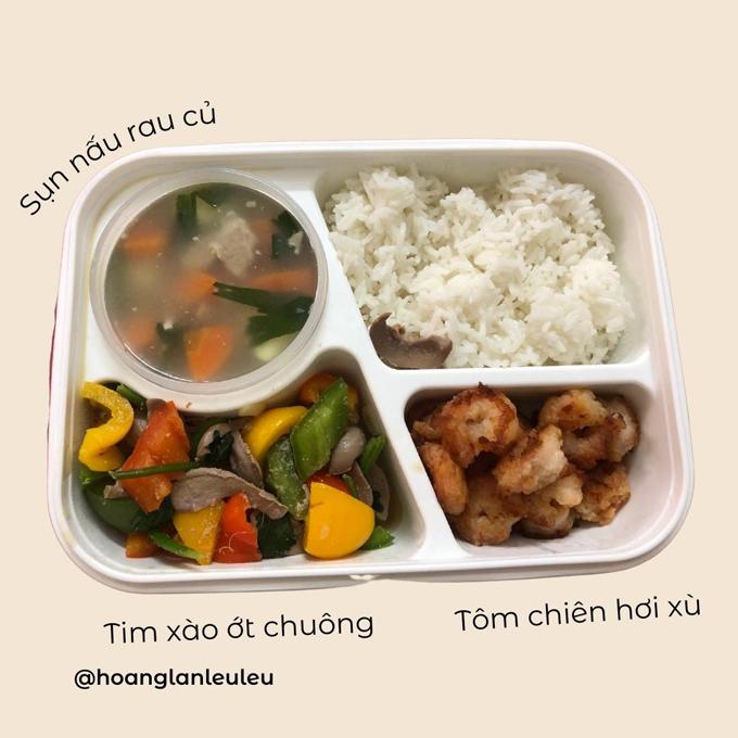 Nhiều người gọi Hoàng Lan (21 tuổi, đang là content creator tại Hà Nội) là cô nàng số hưởng khi có mẹ bạn trai chuẩn bị sẵn cơm trưa để cô mang đi làm mỗi ngày.